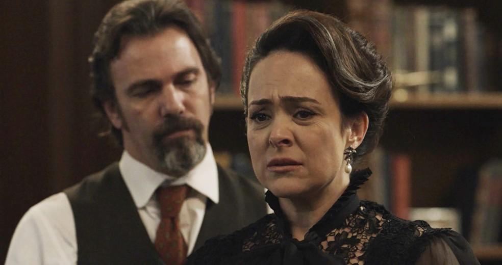 Julieta abre o coração para Aurélio (Foto: TV Globo)