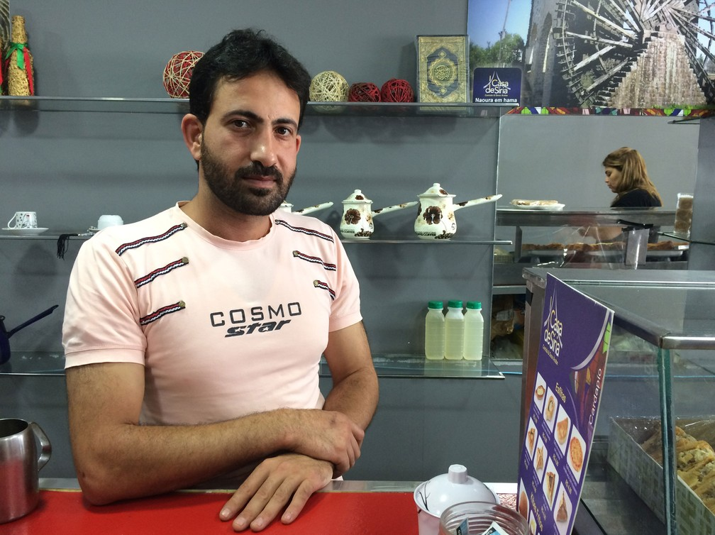 O sírio Mohamad Algohorani em sua lanchonete em Osasco; ele é de Guta Oriental, região que está sob intensos bombardeios (Foto: Flávia Mantovani/G1)