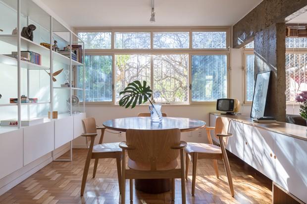 SALA DE JANTAR | Mesa de jantar comprada em loja de antiguidades. Cadeiras Domus, por Ilmari Tapiovaara para a Movin Concept. Móvel de madeira herdado pela moradora (Foto: Joana França / Divulgação)