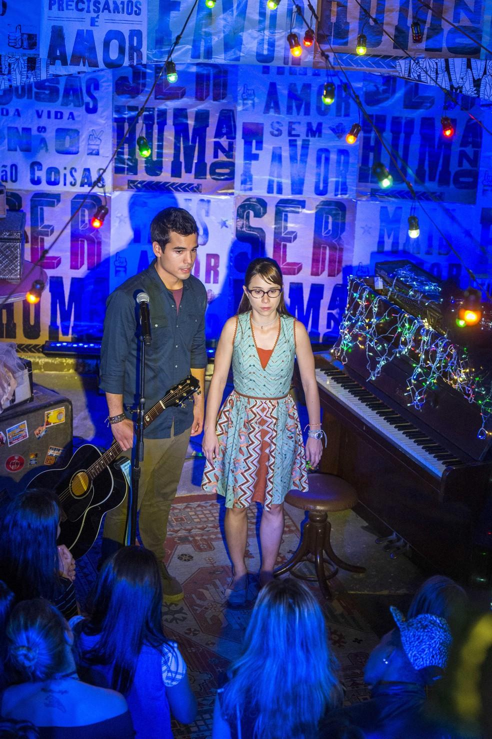 Guto (Bruno Gadiol) com Benê (Daphne Bozaski) na Balada Cultural em 'Malhação - Viva a Diferença' — Foto: Estevam Avellar/Globo