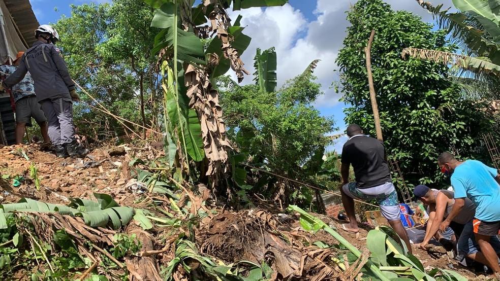 Homem tem parte do corpo soterrada após deslizamento no bairro de Cajazeiras, em Salvador — Foto: Victor Silveira/TV Bahia