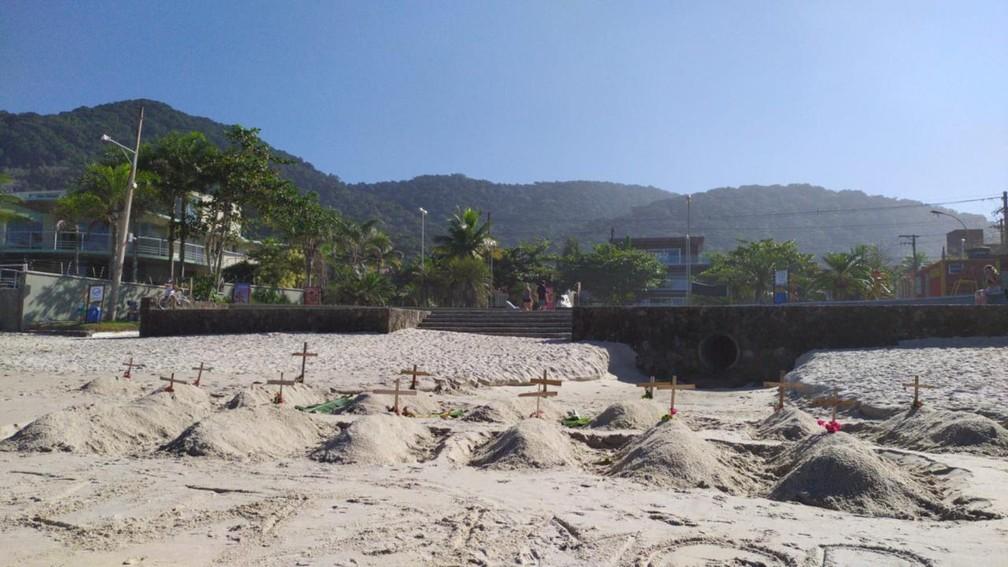 Praia em São Sebastião recebe cruzes em protesto contra 'megaferiado' em SP — Foto: Prefeitura de São Sebastião/Divulgação
