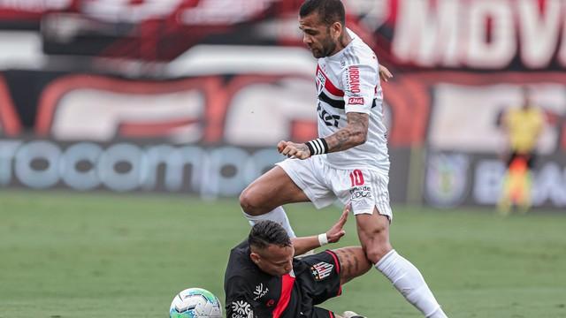 Janderson tenta marcar Daniel Alves em Atlético-GO x São Paulo