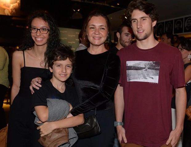 Agnes Brichta, Vicente Brichta, Adriana Esteves e Felipe Ricca (Foto: Fabio Cordeiro/Ed. Globo)