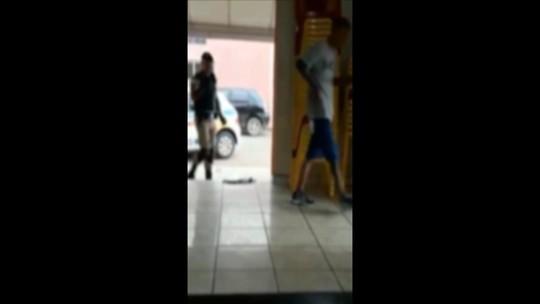 Vídeo mostra policial agredindo homens em bar de Tupaciguara; PM apura fato