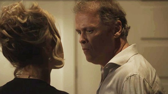 Teresa enfrenta Norberto e o expulsa de sua casa