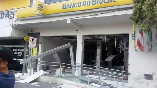 Duas agências bancárias são explodidas em cidade do interior da Bahia; carro é incendiado durante fuga