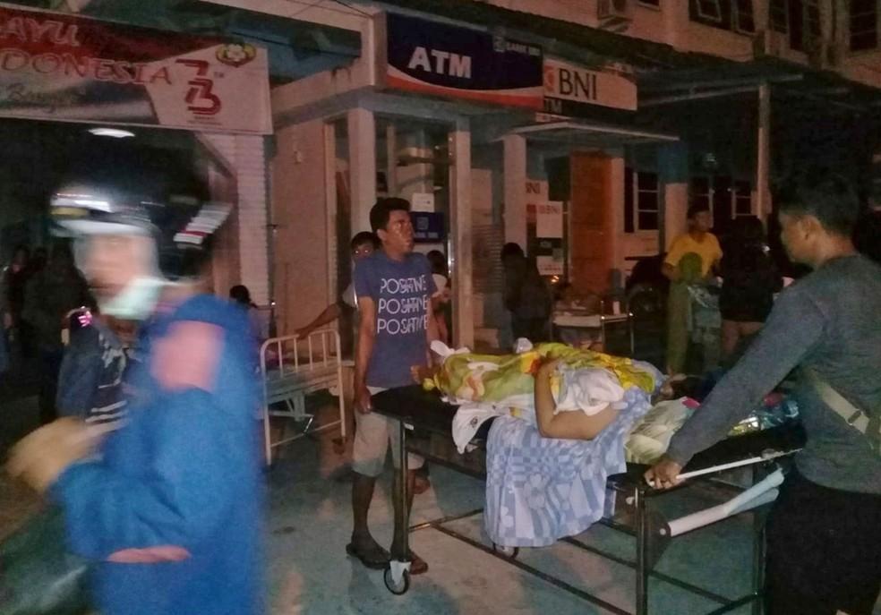 Paciente é retirado de hospital após um terremoto em Poso, no centro da ilha de Sulawesi, na Indonésia, nesta sexta-feira (28)  — Foto: Yoanes Litha/ AP