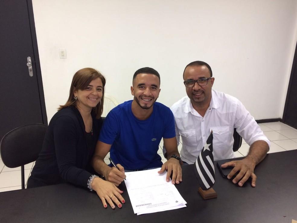 Caio Alexandre renovou contrato com o Botafogo até o fim de 2020 — Foto: Arquivo Pessoal
