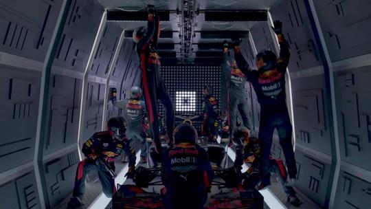 Em pit stop diferente, engenheiros da RBR trocam pneus de carro em gravidade zero; veja