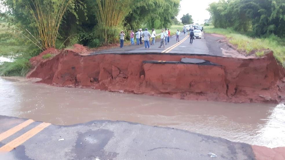 Cratera foi aberta em rodovia após chuva forte em Herculândia  (Foto: Lucas Malaguiti/Arquivo Pessoal)