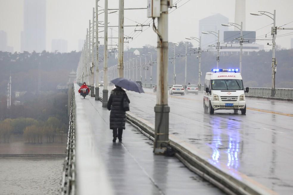Ambulância cruza uma ponte em Wuhan, na província de Hubei no sábado (25); a cidade está isolada após surto de coronavírus — Foto: Chinatopix/AP