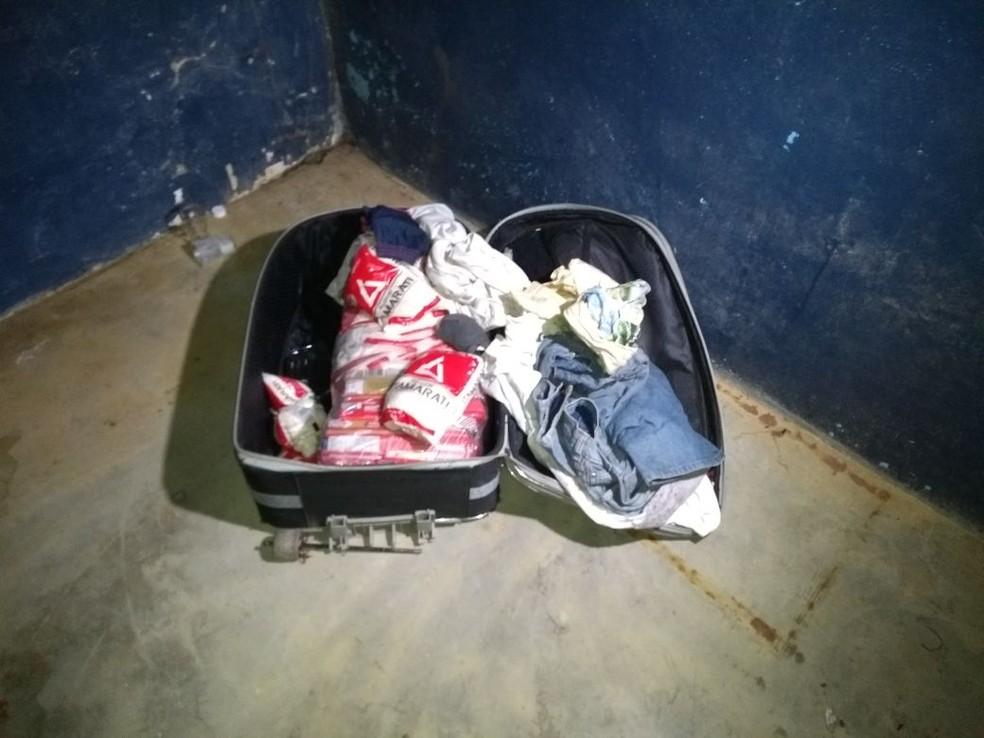 Malas com produtos e roupas foram abertas por moradores durante o protesto (Foto: Marcelo Marques/G1 RR)