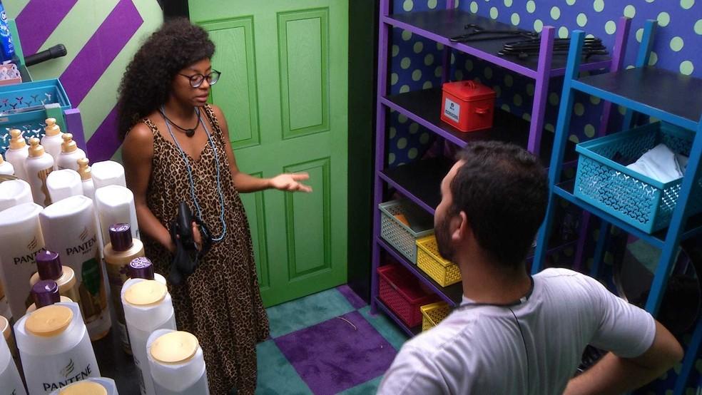 Em conversa sobre o Anjo, Gilberto diz para Lumena: 'Acho que você é o alvo de alguma forma' — Foto: Globo