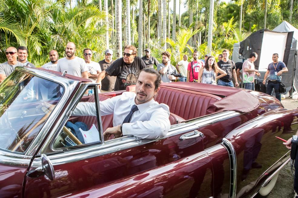Com o diretor Dennis carvalho e a equipe da novela ao fundo, Vladimir Brichta dirige o carro em que Gui e Júlia deixaram o casamento rumo à lua de mel (Foto: Felipe Monteiro/Gshow)