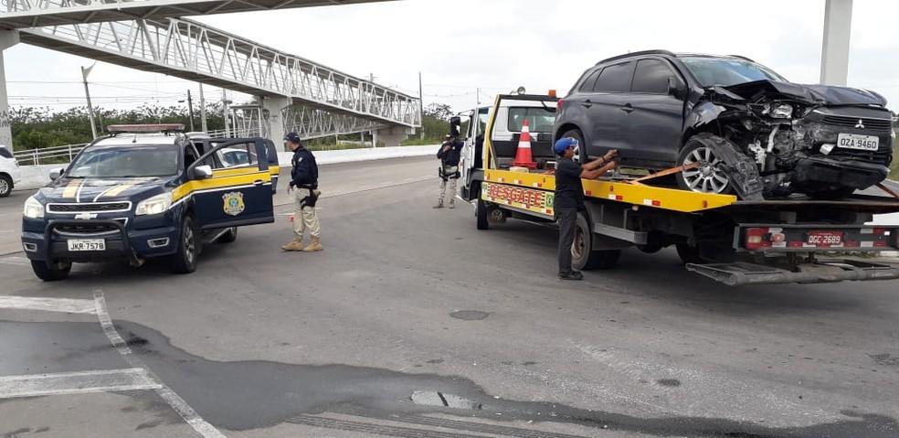 Dupla bateu carro roubado após perseguição policial na BR-101 na Grande Natal — Foto: Klênyo Galvão/Inter TV Cabugi