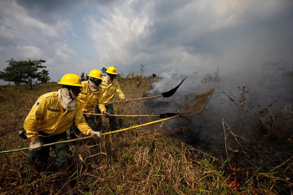 31/08 - Brigadistas do IBAMA tentam controlar pontos de queimadas durante um incêndio em Apuí, no Amazonas — Foto: Bruno Kelly/Reuters