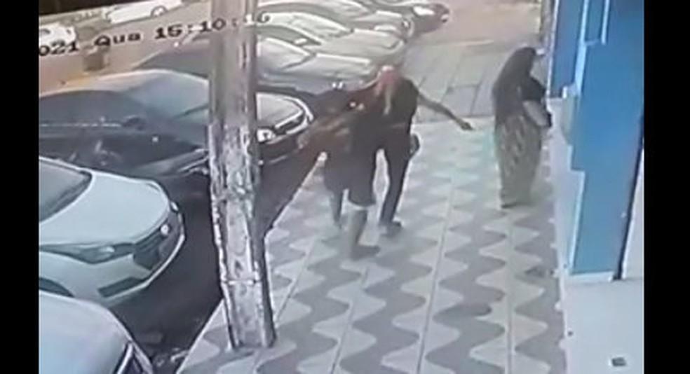 Homem esfaqueia mulher no bairro do Alecrim e é preso em Natal — Foto: Reprodução