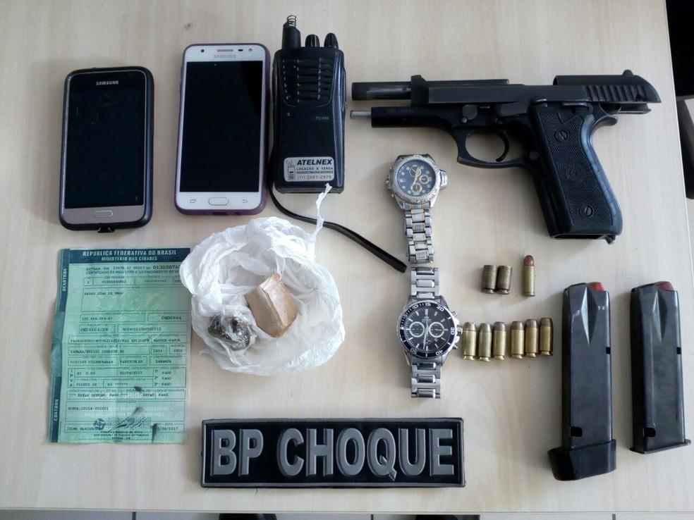 Arma, munições e drogas foram apreendidas (Foto: PM/Divulgação)