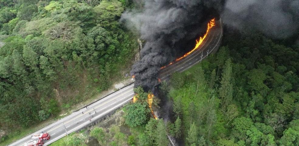 Fogo se espalhou e deixou rastro na rodovia — Foto: Bombeiros/Divulgação
