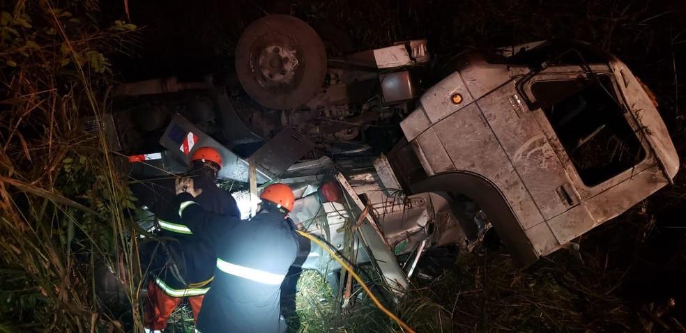 #PraCegoVer: Motorista de guincho sofre acidente