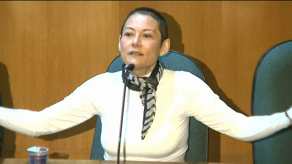 Doleira Nelma Kodama em depoimento à CPI da Lava Jato em que cantou música 'Amada Amante' (Foto: Reprodução GloboNews)