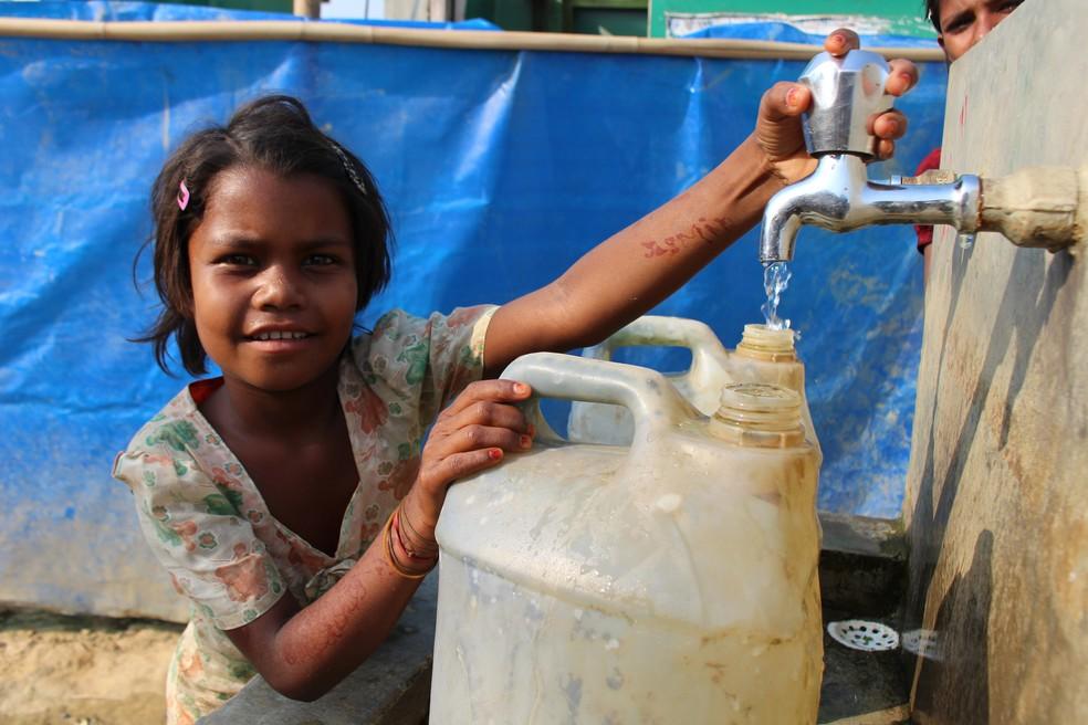 Menina rohingya pega em água em campo de refugiados em Bangladesh — Foto: Marília Marques/G1