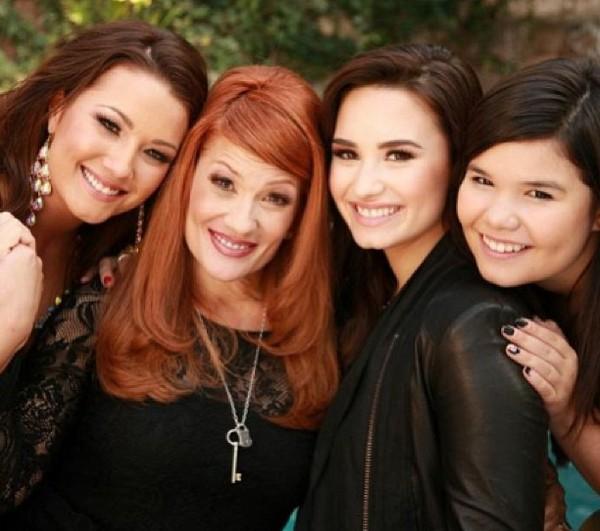 A cantora Demi Lovato com a mãe e as irmãs (Foto: Instagram)