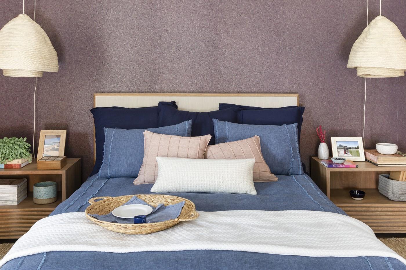 Décor do dia: quarto com papel de parede vinho e cabeceira de palhinha (Foto: Divulgação)