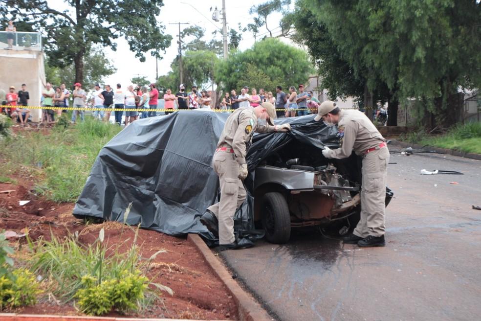Caminhonete rampou e caiu sobre o Uno onde estavam as vítimas, em Ivaiporã — Foto: Jornal Paraná Centro