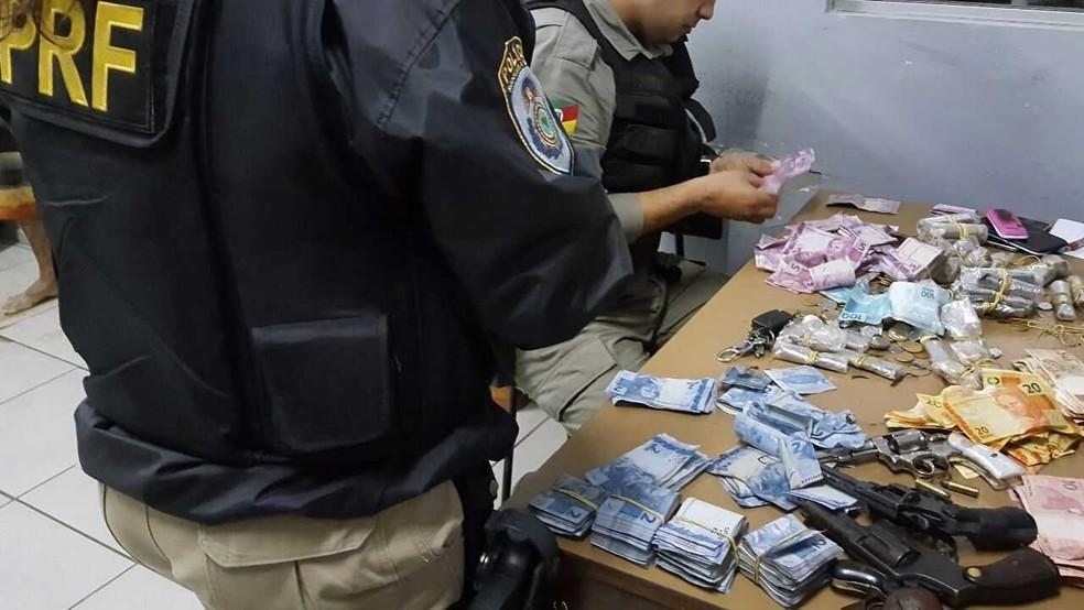 Dinheiro recuperado pela polícia após o enfrentamento com os criminosos (Foto: Divulgação/PRF)