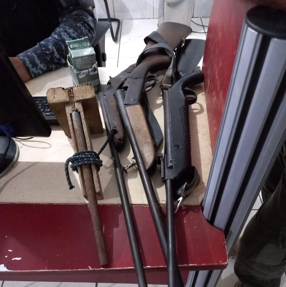 Espingardas e uma armadilha para caçar foram achados no sítio em Candeias do Jamari.  — Foto: Divulgação/BPM