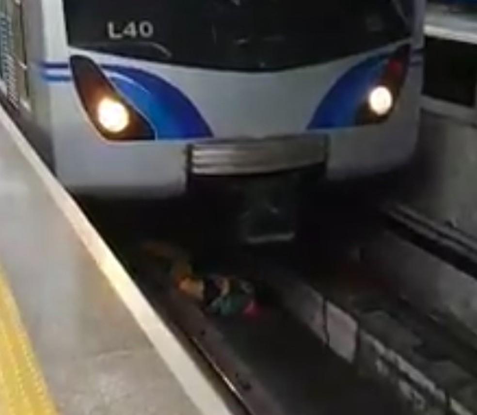 Maquinista para trem a tempo após homem cair nos trilhos da Linha Azul do Metrô em SP — Foto: Reprodução/Redes sociais