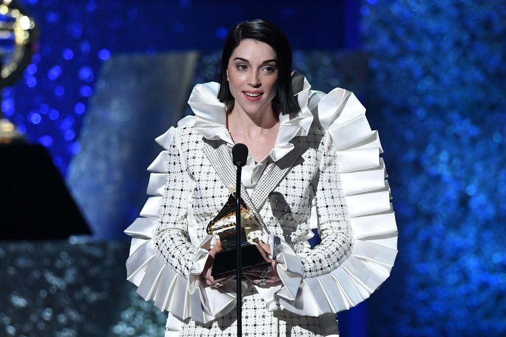 A cantora St. Vincent recebe prêmio de Melhor Canção de Rock por