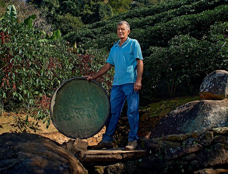 Café - Luiz Cláudio de Souza, produtor de conilon em Muqui, no sul capixaba (Foto: Rogério Albuquerque/Ed. Globo)