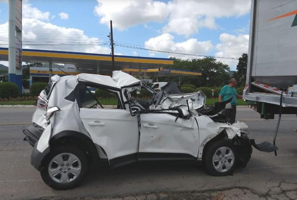 Carro ficou totalmente destruído por causa do impacto  — Foto: Fábio Junkes/OCP News