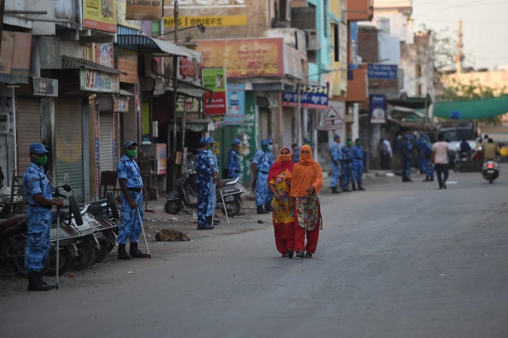 Neste domingo (12), em Ahmedabad, na Índia, as ruas estão vazias e a população precisa ficar em casa durante o 'lockdown' como medida preventiva contra a Covid-19 — Foto: SAM PANTHAKY / AFP