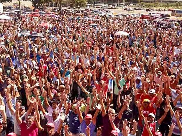 Rodoviários do DF durante assembleia sobre greve por reajuste (Foto: Isabella Calzolari/G1)