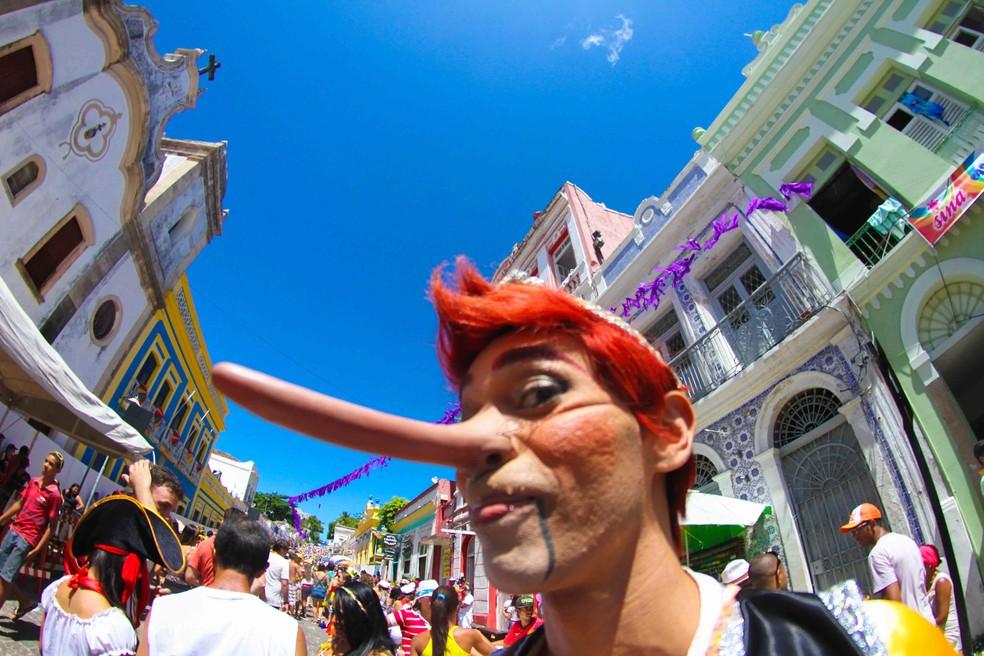 Olha o tamanho do nariz! Será que o Pinóquio mentiu um bocado no carnaval? — Foto: Aldo Carneiro/Pernambuco Press