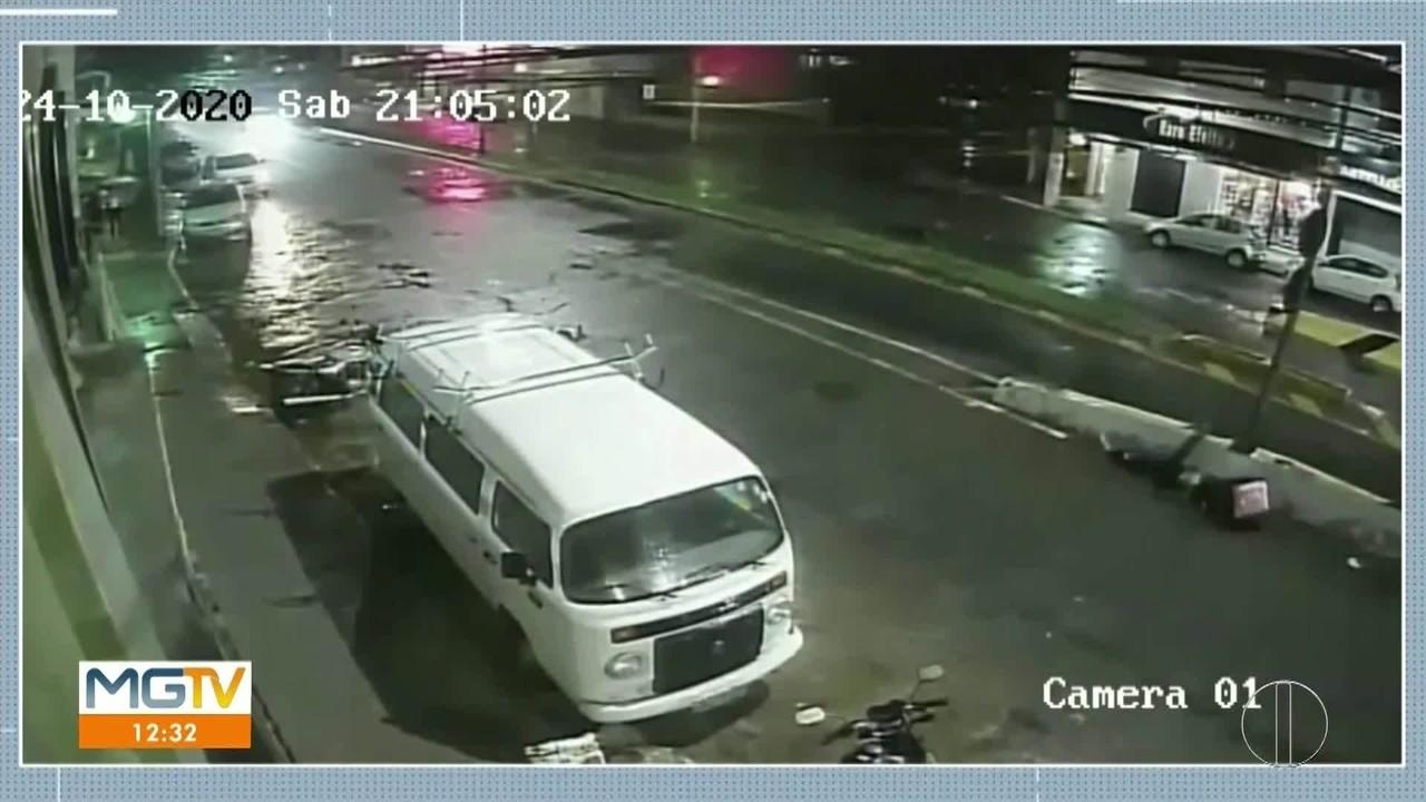 Jovem morre após bater em mureta e ser arremessado em poste em Valadares