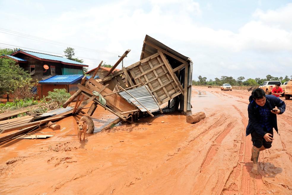 Casa destruída é vista nesta quinta-feira (26) em rua atingida por inundações após rompimento de represa no Laos (Foto: Soe Zeya Tun/Reuters)