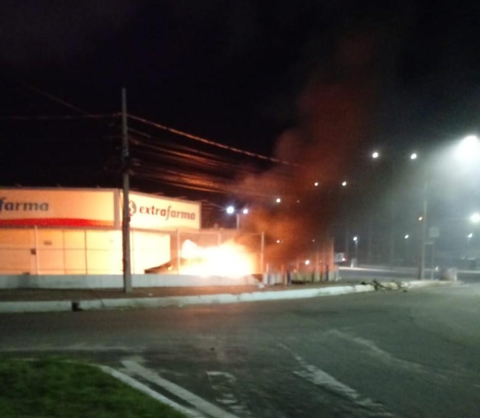 Veículo pegou fogo após bater em mureta de contenção de farmácia em São Luís (MA) — Foto: Divulgação/Redes sociais