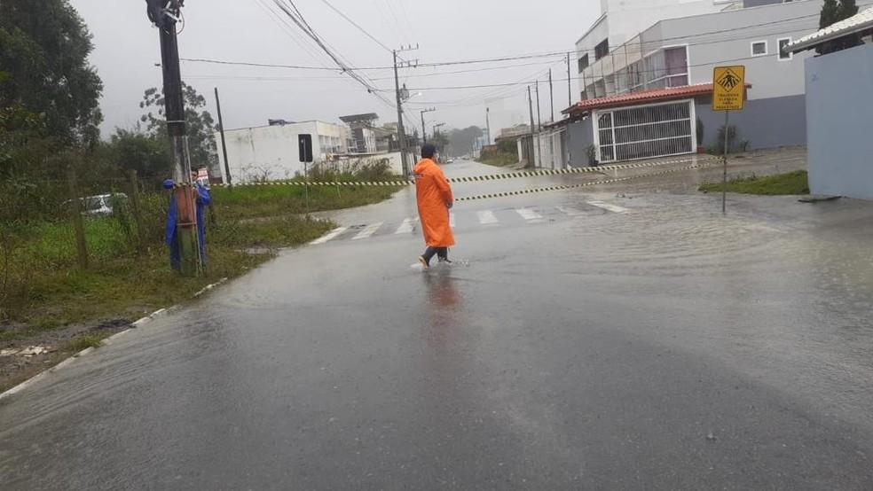 Ruas foram fechadas no litoral Norte de SC por causa da chuva forte e alagamentos  — Foto: Prefeitura de Camboriú/Reprodução