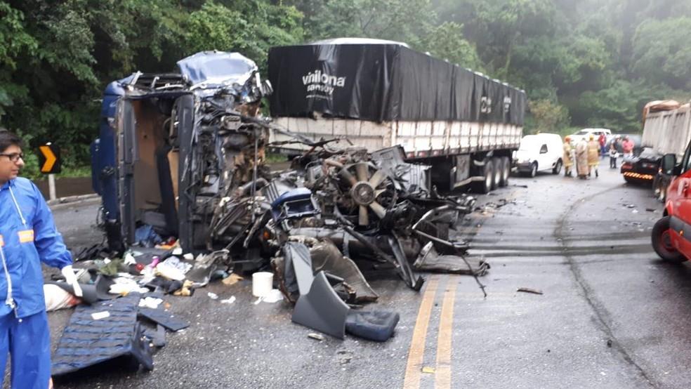 Duas carretas bateram de frente em deixaram cinco feridos no km 59 da RJ -116 na Serra dos Três Picos (Foto: Rota 116 | Divulgação)