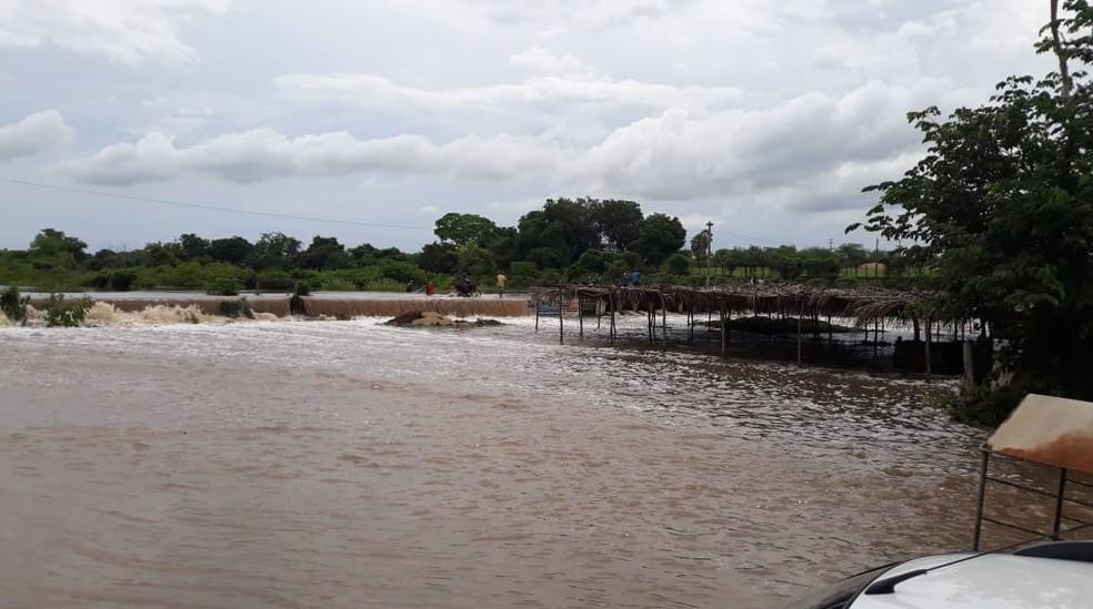 Em Santa Quitéria choveu 16 milímetros nas últimas 24 horas. Rio Acaraú, no Distrito de Macaraú. — Foto: Blog Jocélio Leite