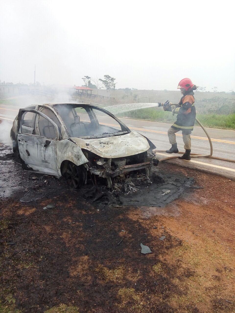 Carro pega fogo no meio de estrada durante viagem no interior do Acre e família escapa ilesa