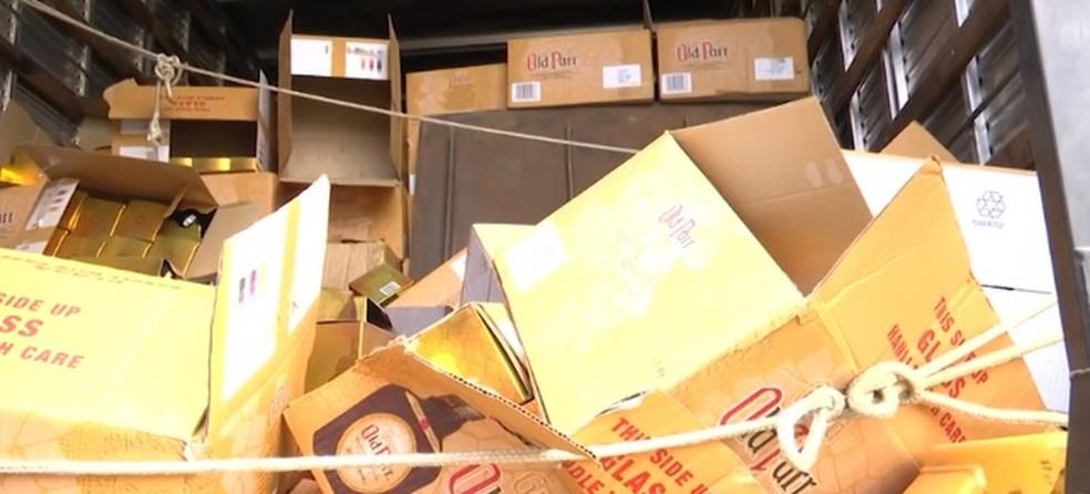 Mais de 1.500 garrafas de whisky roubadas foram apreendidas pela PRF em Vitória da Conquista — Foto: Reprodução/ TV Sudoeste