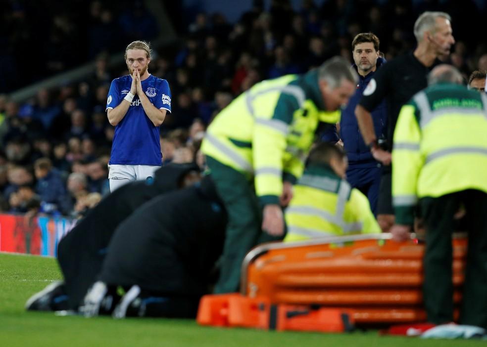 Jogadores e treinadores observaram o lance, como Davies, do Everton, e Pocchetino, do Tottenham — Foto: Reuters