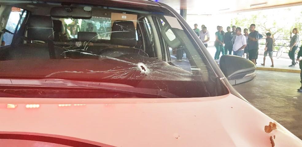 Viatura da PM também foi atingida pelos disparos — Foto: PMRN/Divulgação