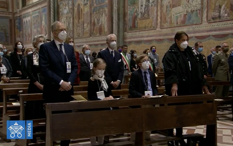 Pai, os irmãos e mãe de Carlo Acutis acompanharam a cerimônia de beatificação na primeira fileira da Basílica de Assis. — Foto: Reprodução/Redes sociais